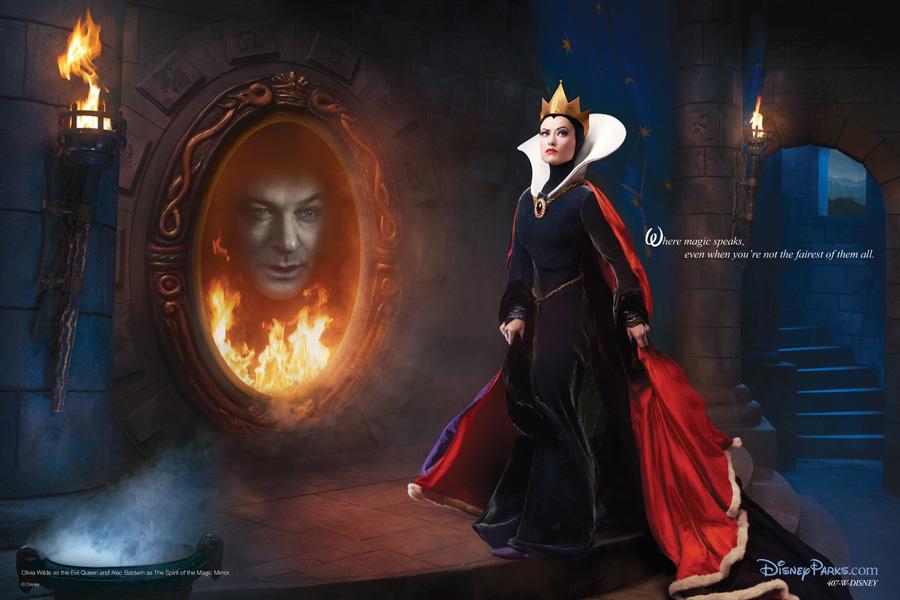 Blancanieves. Alec Baldwin como el Espejo Mágico y Olivia Wilde como Maléfica